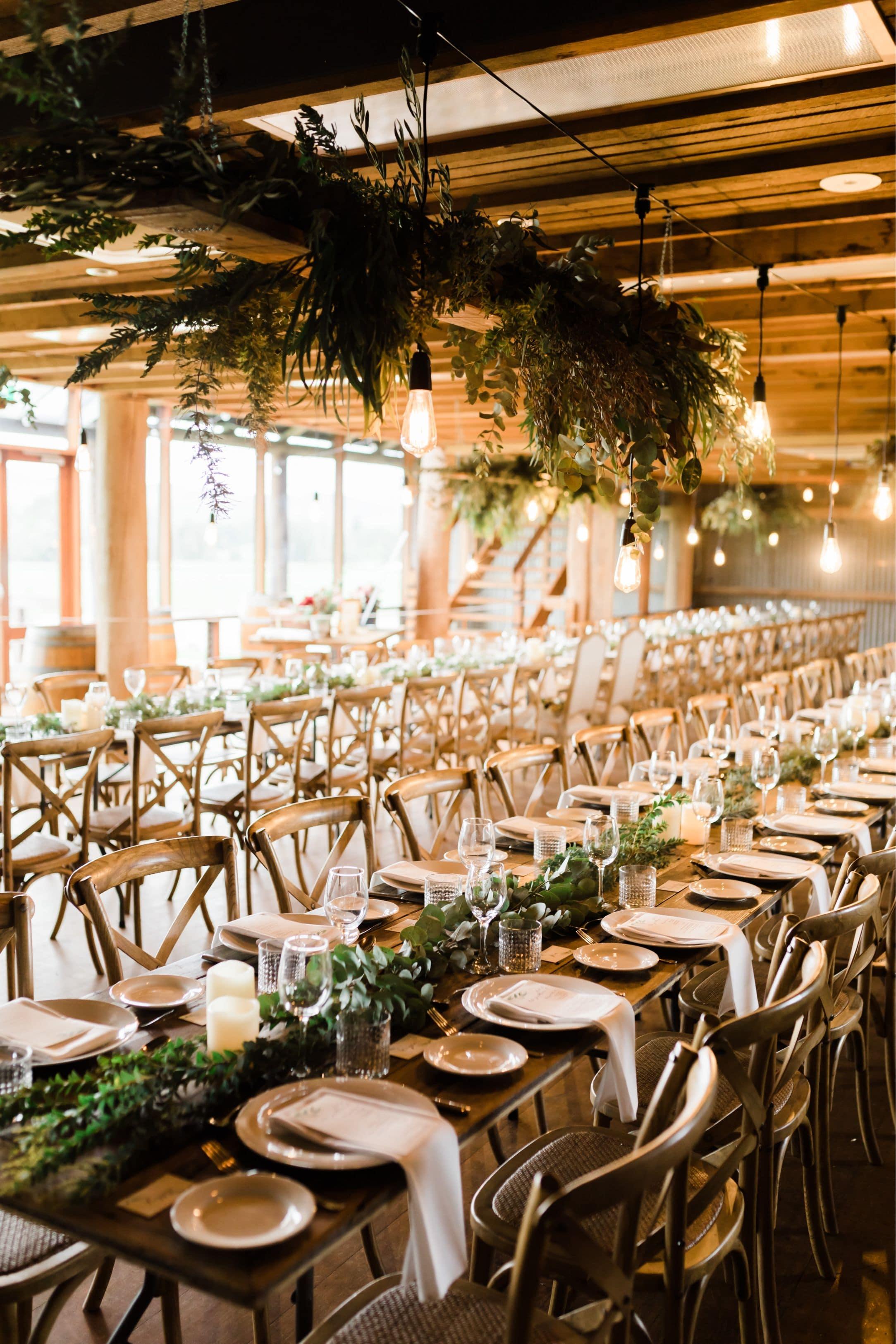 Stylizacja sali weselnej – dlaczego warto zdecydować się na meble dębowe?